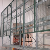 Anti-collapse mesh to pallet racking