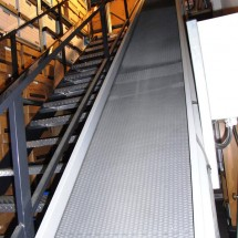 Incline conveyor for transporting box files